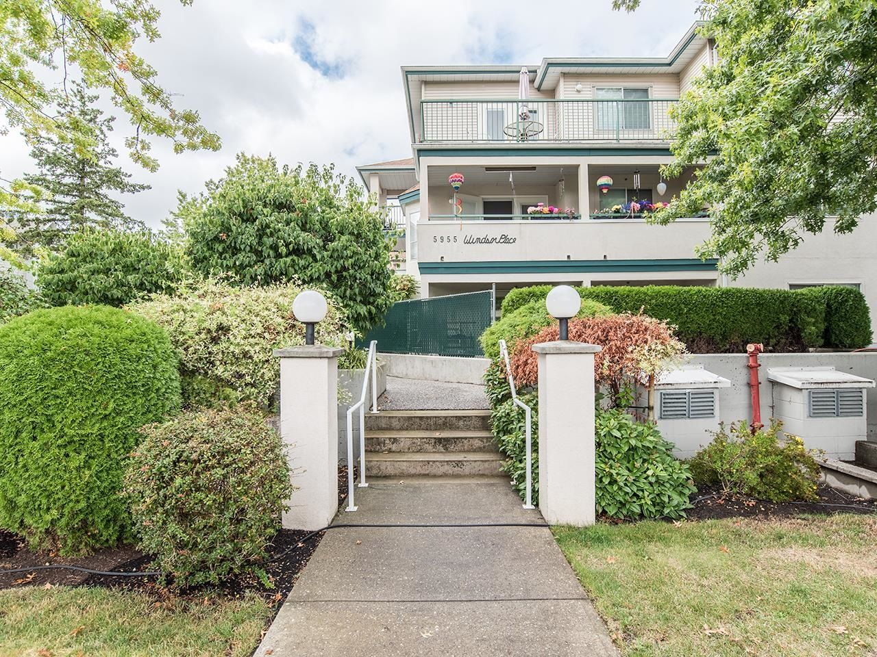 """Main Photo: 102 5955 177B Street in Surrey: Cloverdale BC Condo for sale in """"Windsor Place"""" (Cloverdale)  : MLS®# R2617210"""