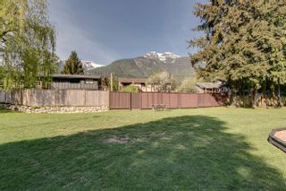 "Photo 2: 9 41449 GOVERNMENT Road in Squamish: Brackendale Townhouse for sale in ""Emerald Place"" : MLS®# R2170509"