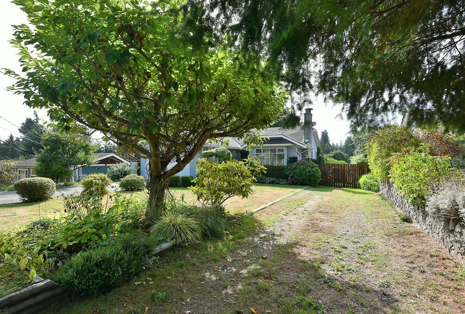 Great neighbourhood, rural setting but still close to schools, shopping and just a quick drive to ferries.