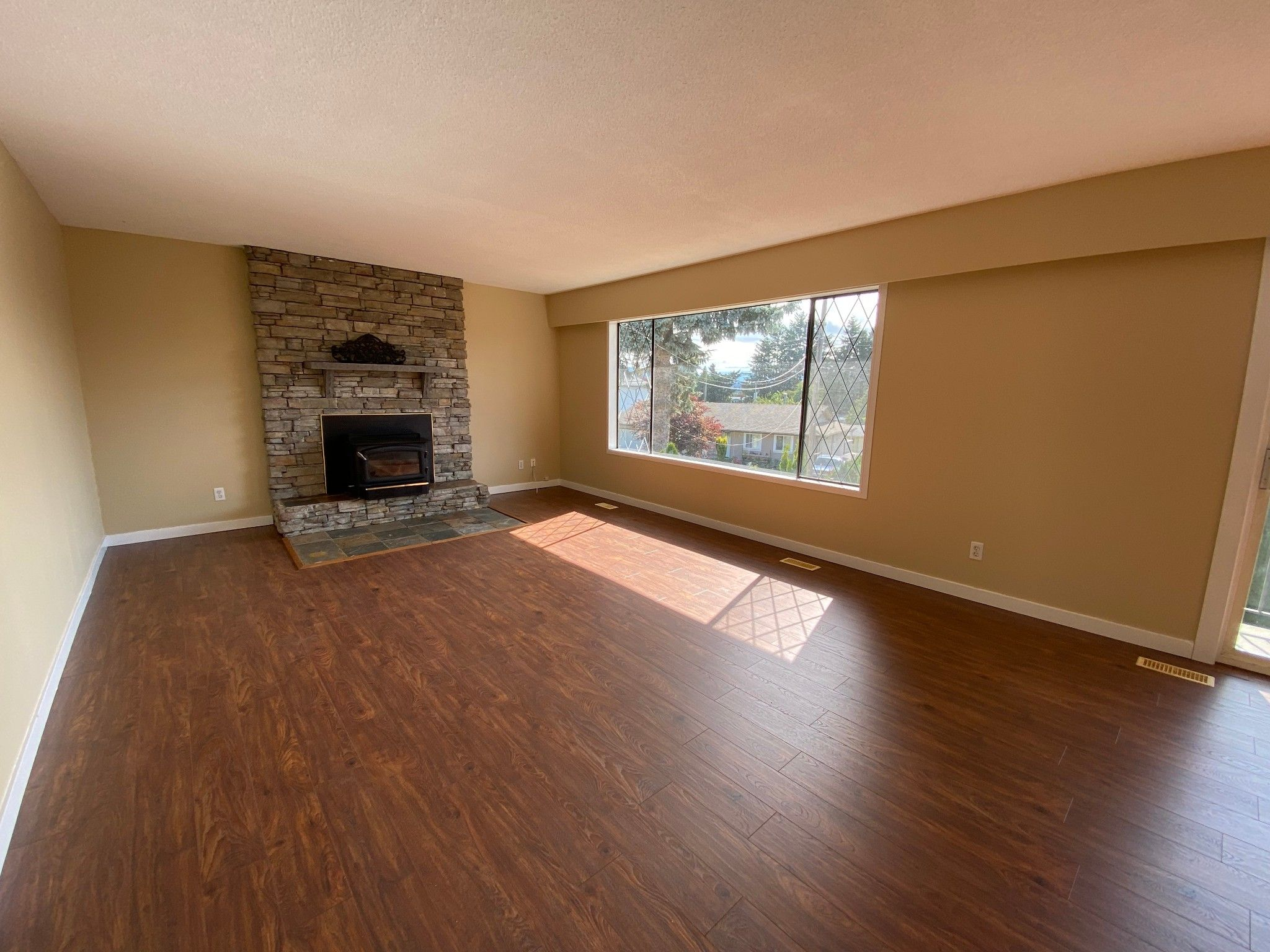 Photo 2: Photos: 2043 Majestic Cr. in Abbotsford: Abbotsford West House for rent