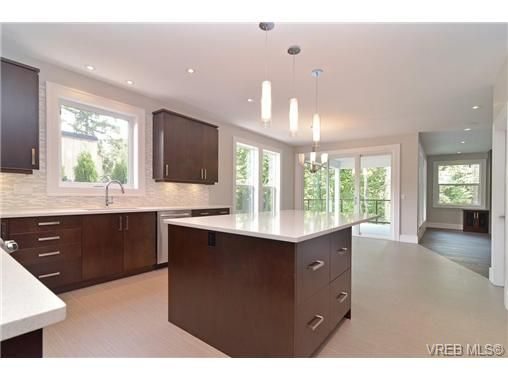 Photo 5: Photos: 111 Parsons Rd in VICTORIA: VR Six Mile House for sale (View Royal)  : MLS®# 684415