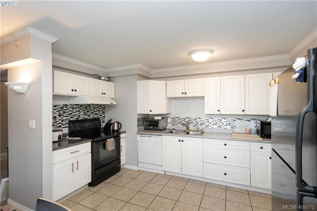 Main Photo: 19 4061 Larchwood Dr in VICTORIA: SE Lambrick Park Row/Townhouse for sale (Saanich East)  : MLS®# 808408
