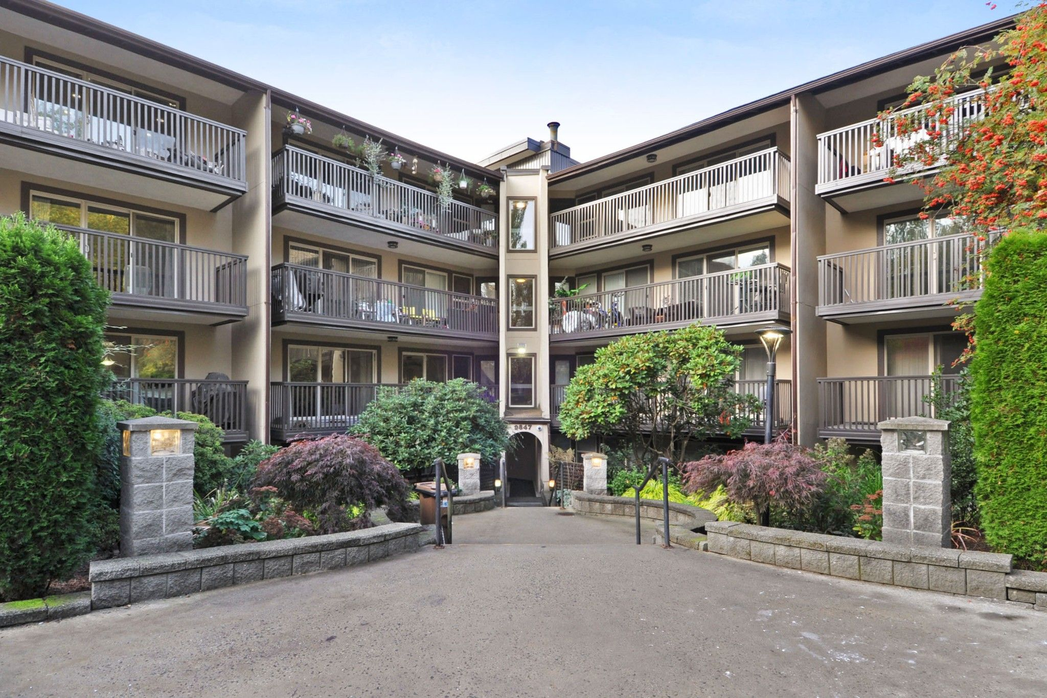 """Main Photo: 311 9847 MANCHESTER Drive in Burnaby: Cariboo Condo for sale in """"Barclay Woods"""" (Burnaby North)  : MLS®# R2317069"""