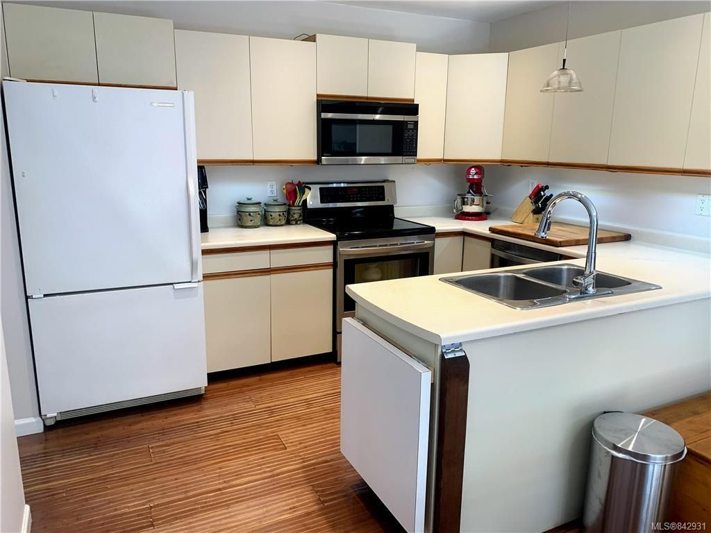 Photo 6: Photos: 2147 Weiler Ave in Sidney: Si Sidney South-West Half Duplex for sale : MLS®# 842931