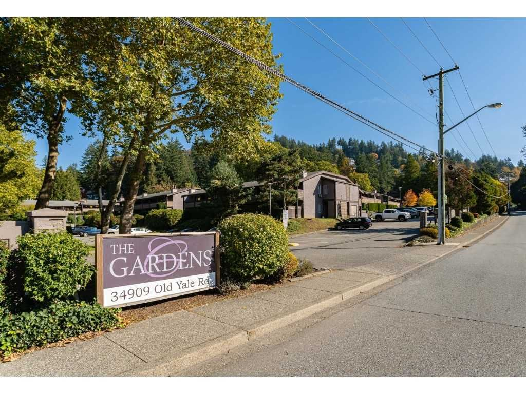 """Main Photo: 1626 34909 OLD YALE Road in Abbotsford: Abbotsford East Townhouse for sale in """"THE GARDENS"""" : MLS®# R2465342"""
