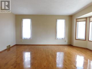 Photo 3: Beautifully maintained 4 bedroom home on the East end of Edson