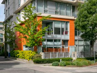 """Photo 2: 1839 CROWE Street in Vancouver: False Creek Townhouse for sale in """"FOUNDRY"""" (Vancouver West)  : MLS®# R2277227"""