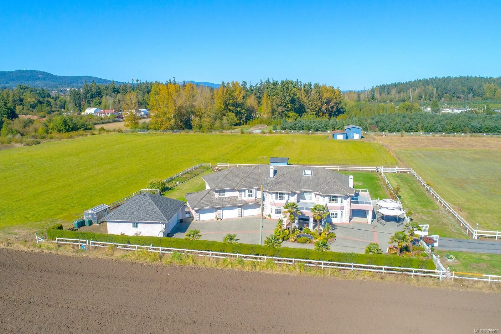 Main Photo: 7112 Puckle Rd in : CS Saanichton House for sale (Central Saanich)  : MLS®# 875596