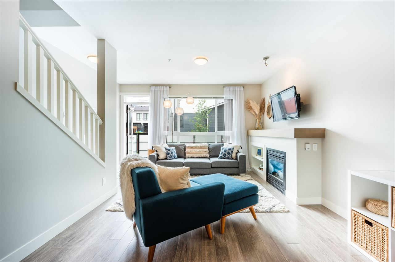 Photo 3: Photos: 38341 SUMMITS VIEW Drive in Squamish: Downtown SQ Townhouse for sale : MLS®# R2464526