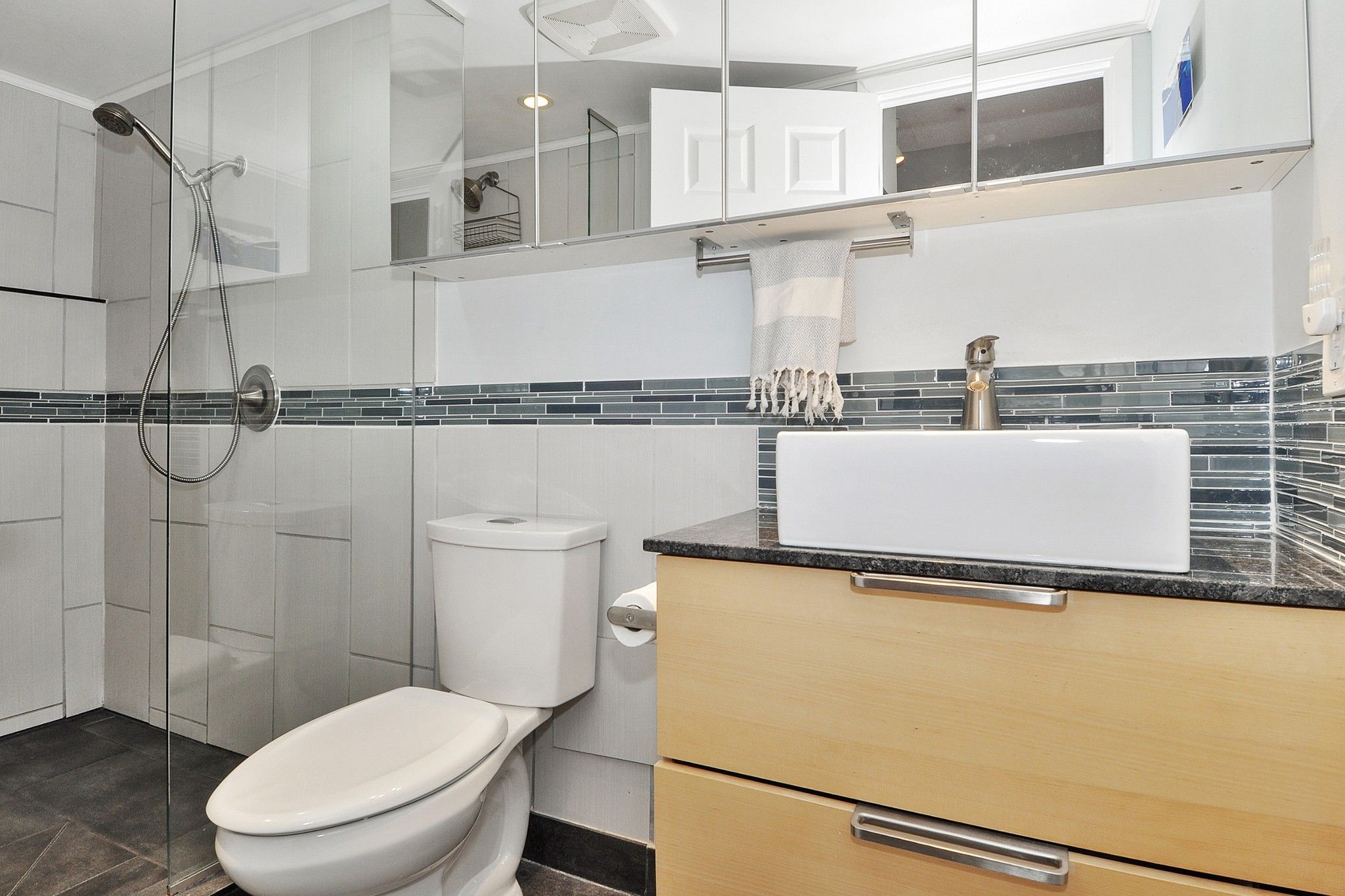 """Photo 13: Photos: 302 391 E 7TH Avenue in Vancouver: Mount Pleasant VE Condo for sale in """"OAKWOOD PARK"""" (Vancouver East)  : MLS®# R2352076"""