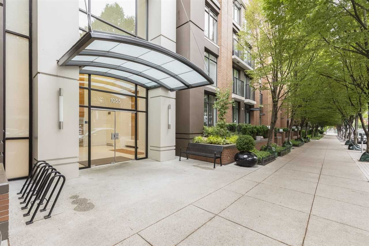 "Main Photo: 1605 1055 HOMER Street in Vancouver: Yaletown Condo for sale in ""DOMUS"" (Vancouver West)  : MLS®# R2377638"