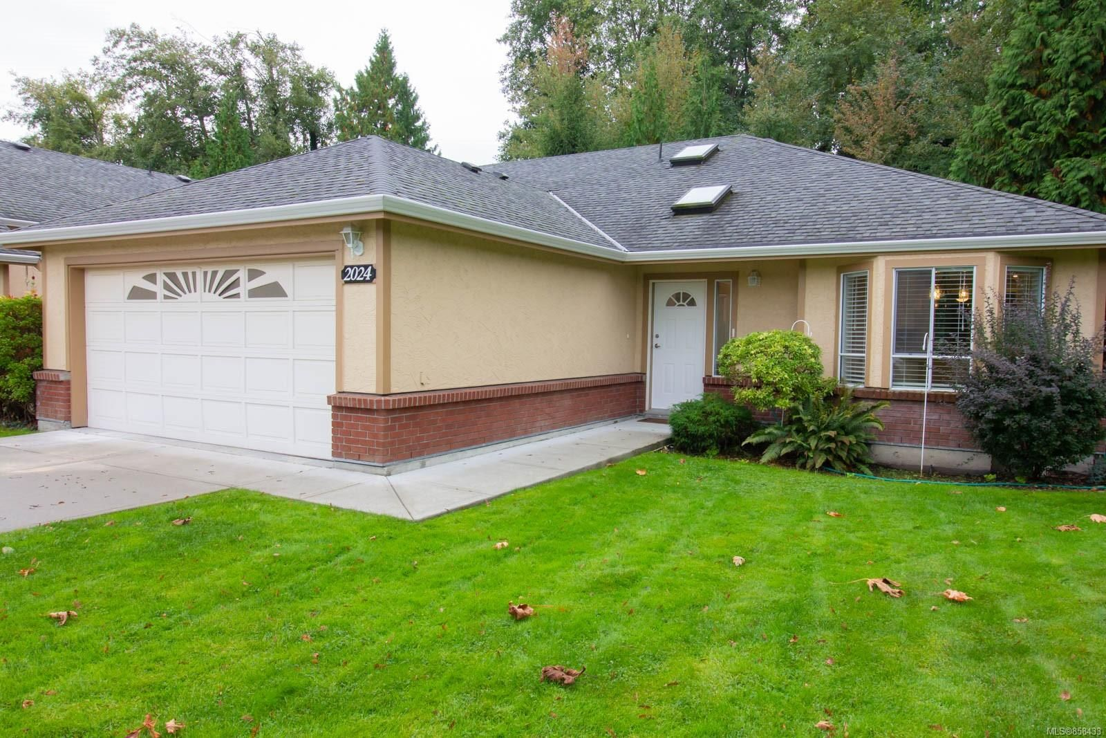 Main Photo: 2024 Mulligan Way in : Na Departure Bay Row/Townhouse for sale (Nanaimo)  : MLS®# 858433