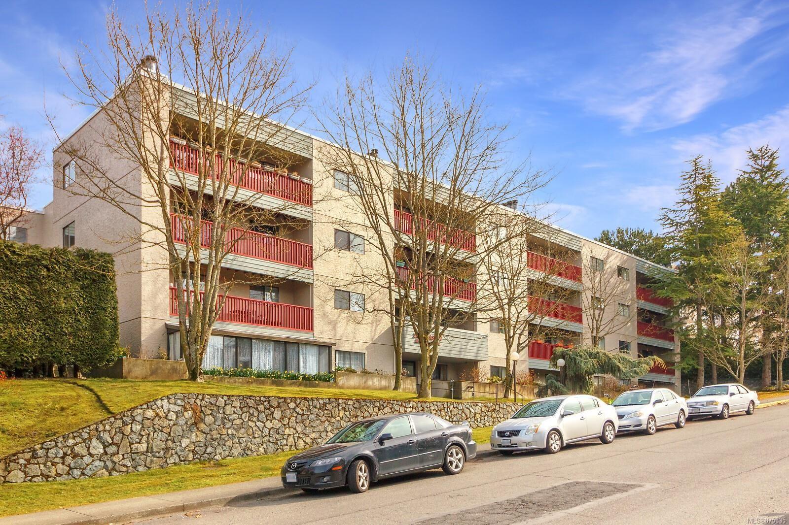 Main Photo: 302 3255 Glasgow Ave in : SE Quadra Condo for sale (Saanich East)  : MLS®# 875835