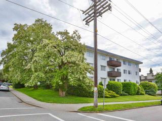"""Photo 2: 103 910 FIFTH Avenue in New Westminster: Uptown NW Condo for sale in """"Grosvenor Court/ Aldercrest Developments Inc."""" : MLS®# R2459937"""