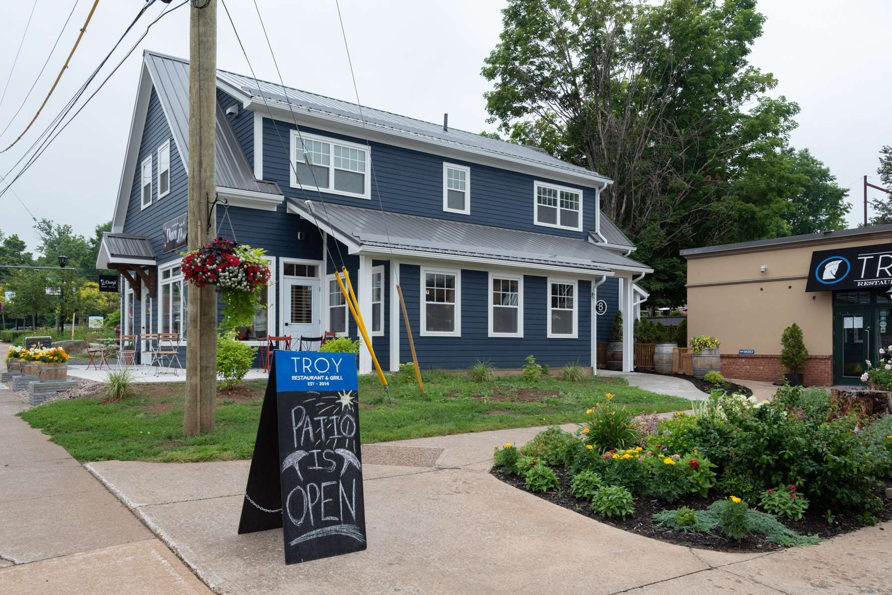 Main Photo: 8 ELM Avenue in Wolfville: 404-Kings County Commercial for sale (Annapolis Valley)  : MLS®# 202107494