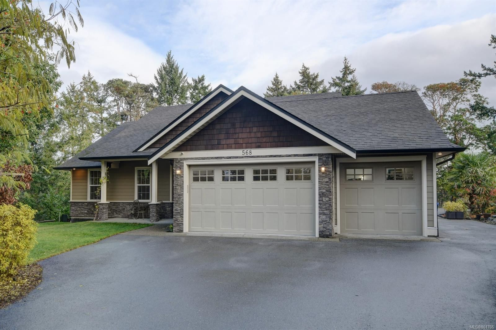 Main Photo: 568 Brant Pl in : La Thetis Heights House for sale (Langford)  : MLS®# 861766