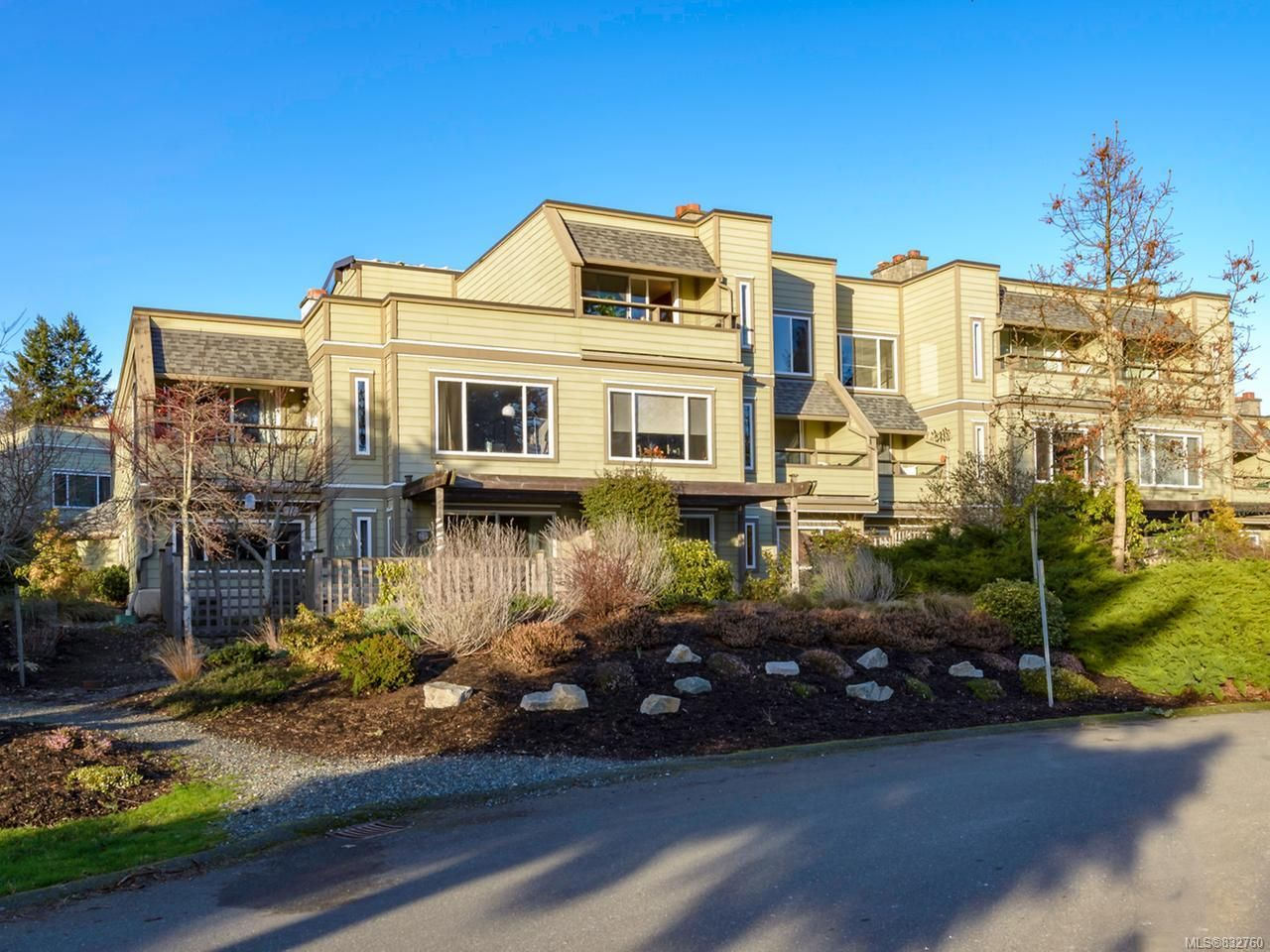 Main Photo: 304 2250 Manor Pl in COMOX: CV Comox (Town of) Condo for sale (Comox Valley)  : MLS®# 832760