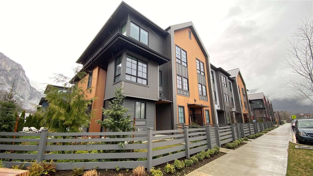 Main Photo: 1387 MARINASIDE Place in Squamish: Downtown SQ Townhouse for sale : MLS®# R2554661