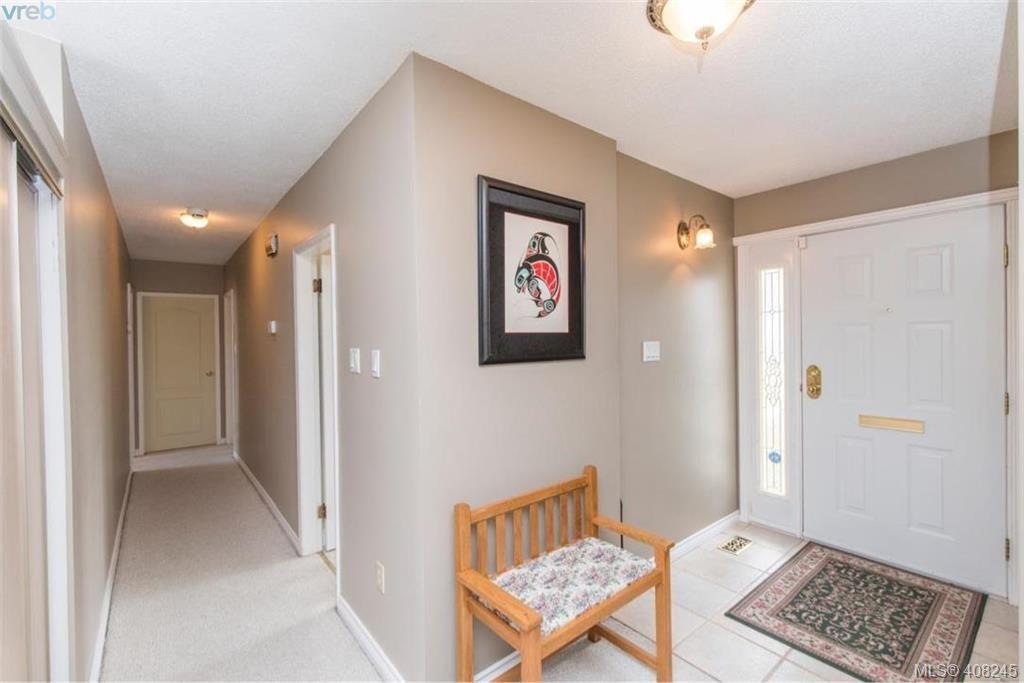 Photo 3: Photos: 546 Roseridge Pl in VICTORIA: SW Northridge House for sale (Saanich West)  : MLS®# 811318