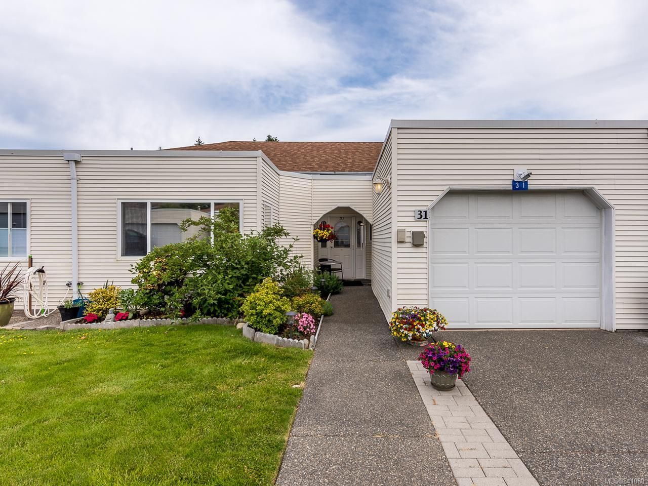 Main Photo: 31 677 Bunting Pl in COMOX: CV Comox (Town of) Row/Townhouse for sale (Comox Valley)  : MLS®# 841089