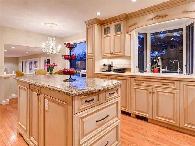 Photo 13: Photos: 7016 KENOSEE Place SW in Calgary: Kelvin Grove House for sale : MLS®# C4055215