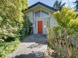 Photo 2: 304 GEORGIA Drive in Gibsons: Gibsons & Area House for sale (Sunshine Coast)  : MLS®# R2622245
