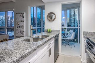 """Photo 7: 807 1188 HOWE Street in Vancouver: Downtown VW Condo for sale in """"1188 HOWE"""" (Vancouver West)  : MLS®# R2162667"""