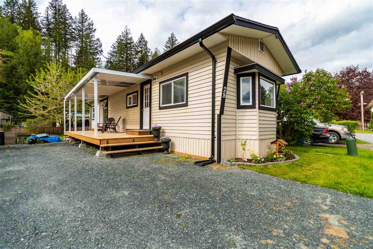 """Main Photo: 28 3942 COLUMBIA VALLEY Road: Cultus Lake Manufactured Home for sale in """"Cultus Lake Village"""" : MLS®# R2589511"""