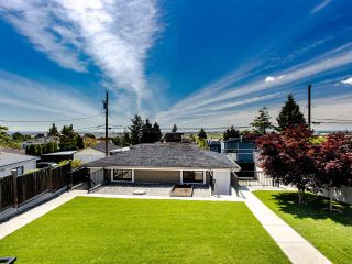 Photo 4: 2350 BONACCORD Drive in Vancouver: Fraserview VE House for sale (Vancouver East)  : MLS®# R2468026