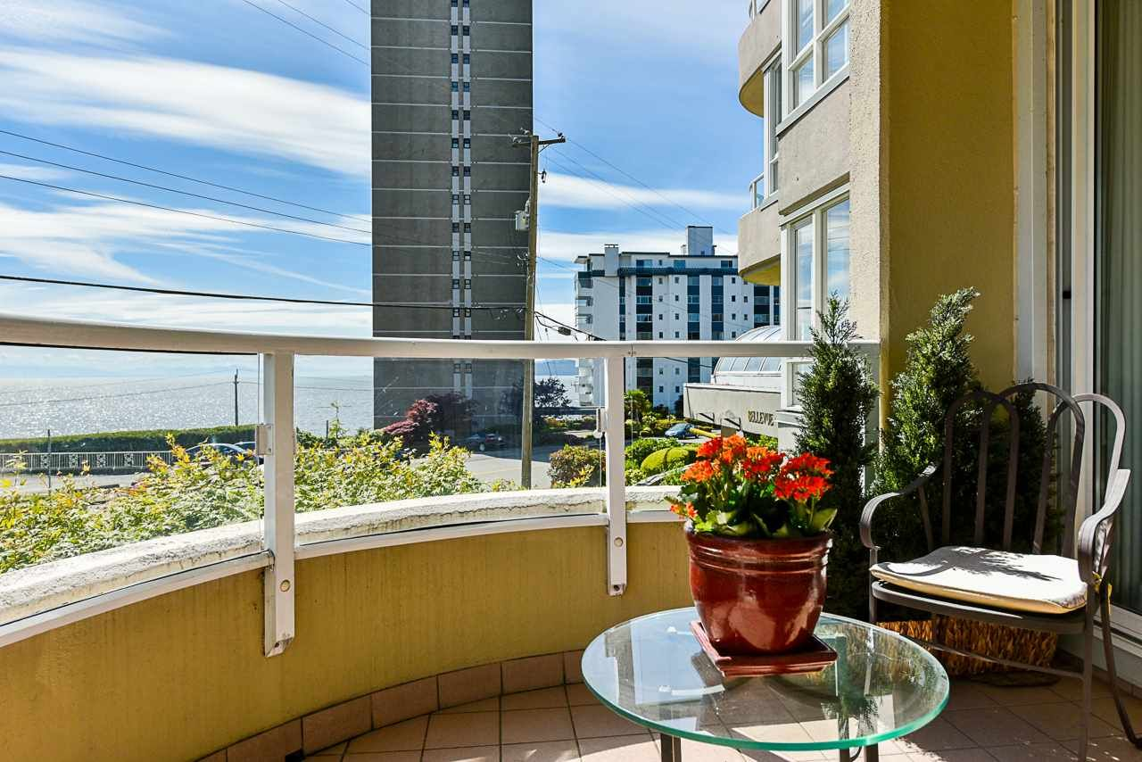 Main Photo: 202 2203 BELLEVUE AVENUE in West Vancouver: Dundarave Condo for sale : MLS®# R2466183
