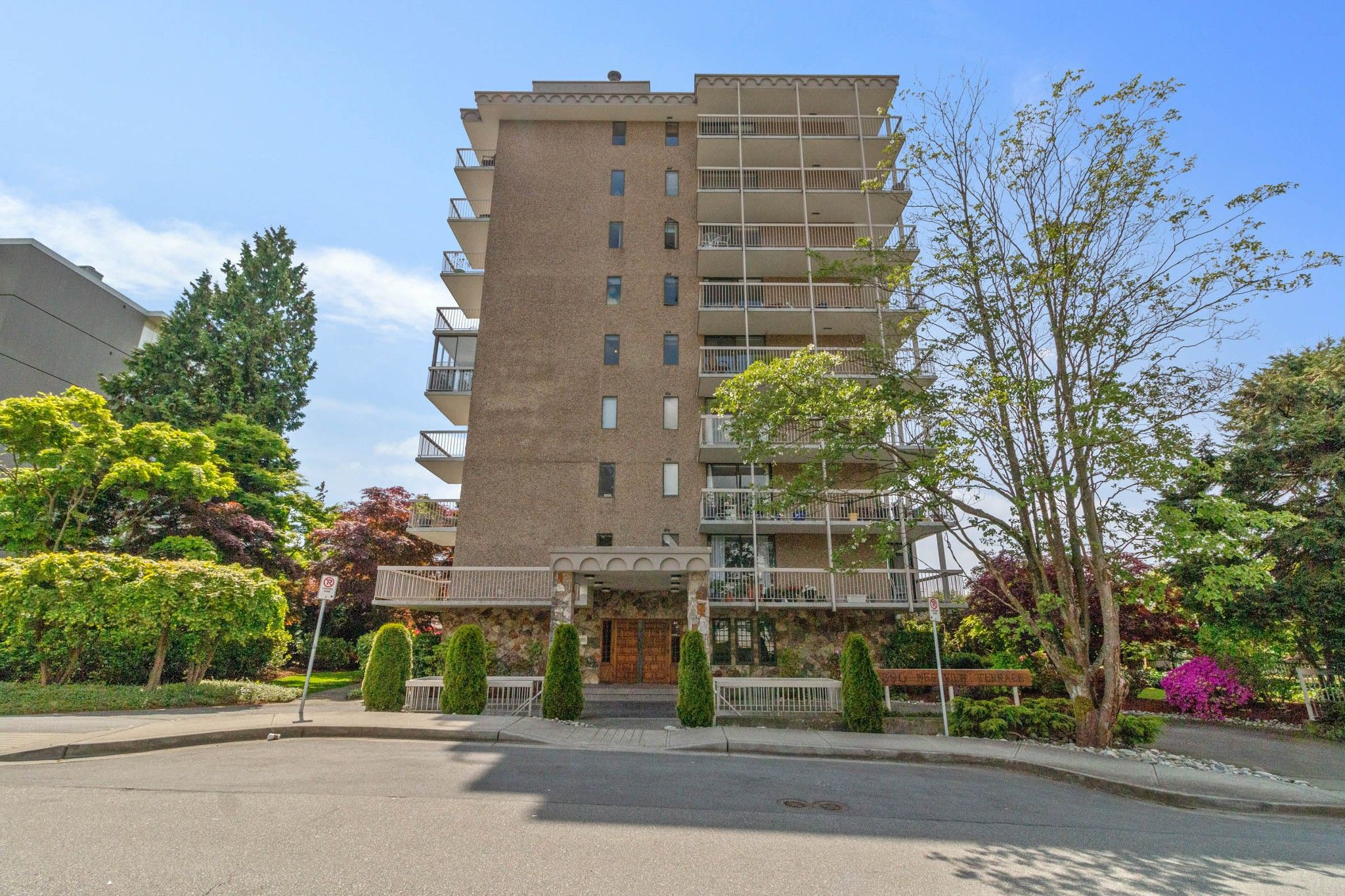 """Main Photo: 503 1390 DUCHESS Avenue in West Vancouver: Ambleside Condo for sale in """"WESTVIEW TERRACE"""" : MLS®# R2579675"""