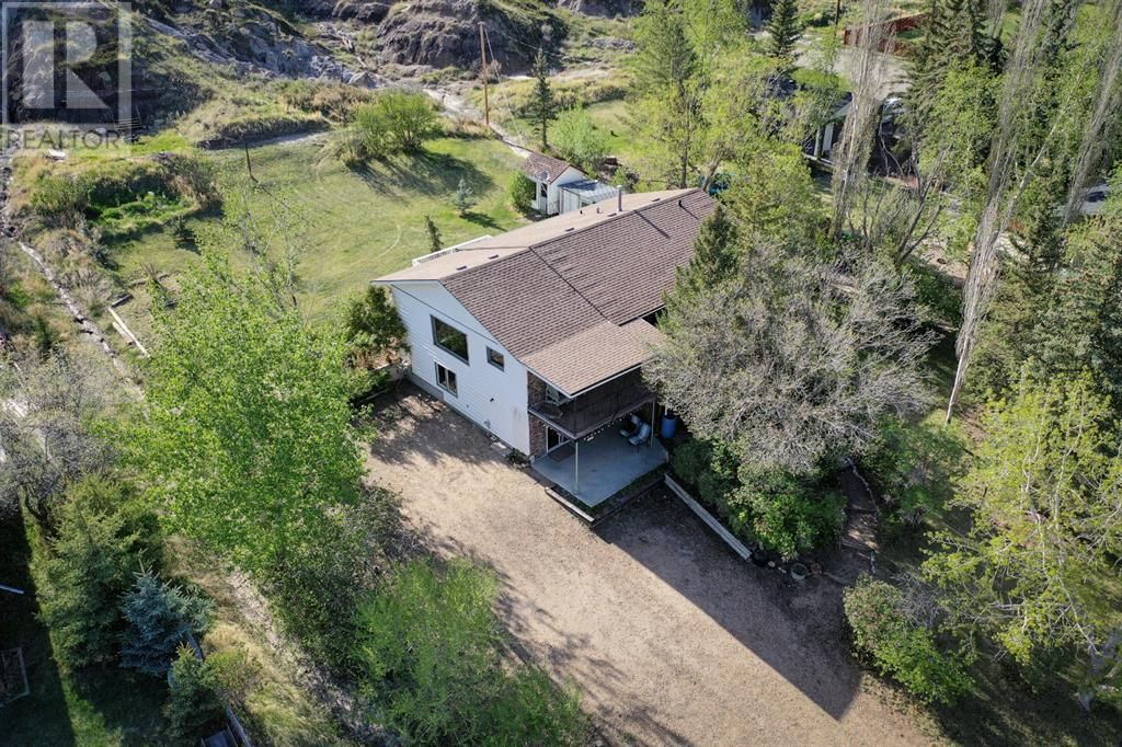 Main Photo: 315 1 Avenue in Drumheller: House for sale : MLS®# A1106452
