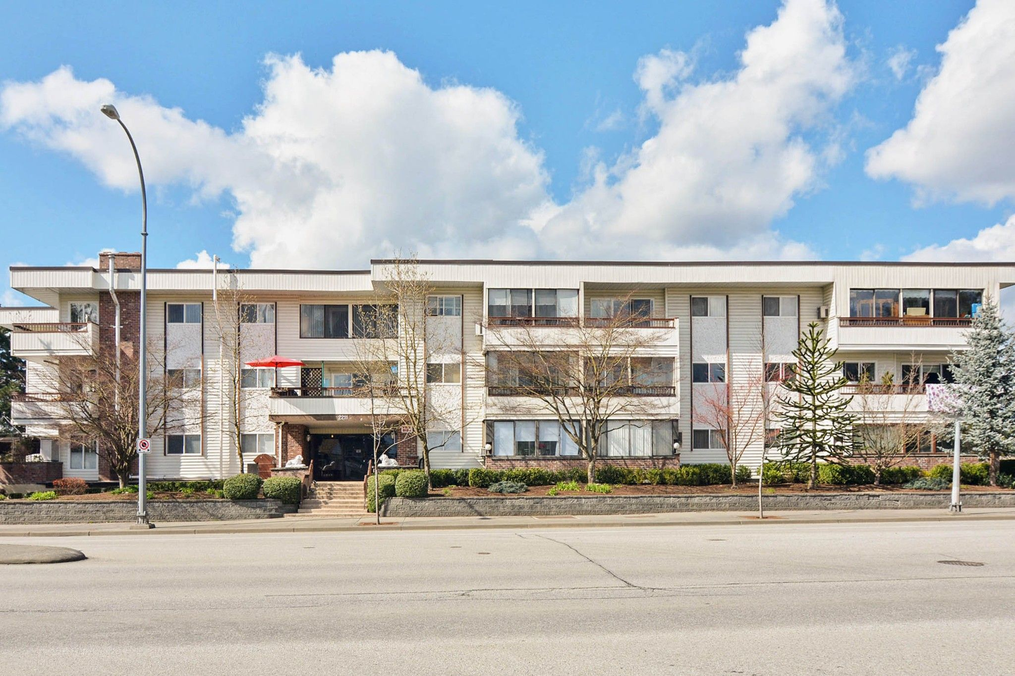 Main Photo: 311 2211 Clearbrook Road in Abbotsford: Abbotsford West Condo for sale : MLS®# R2524980