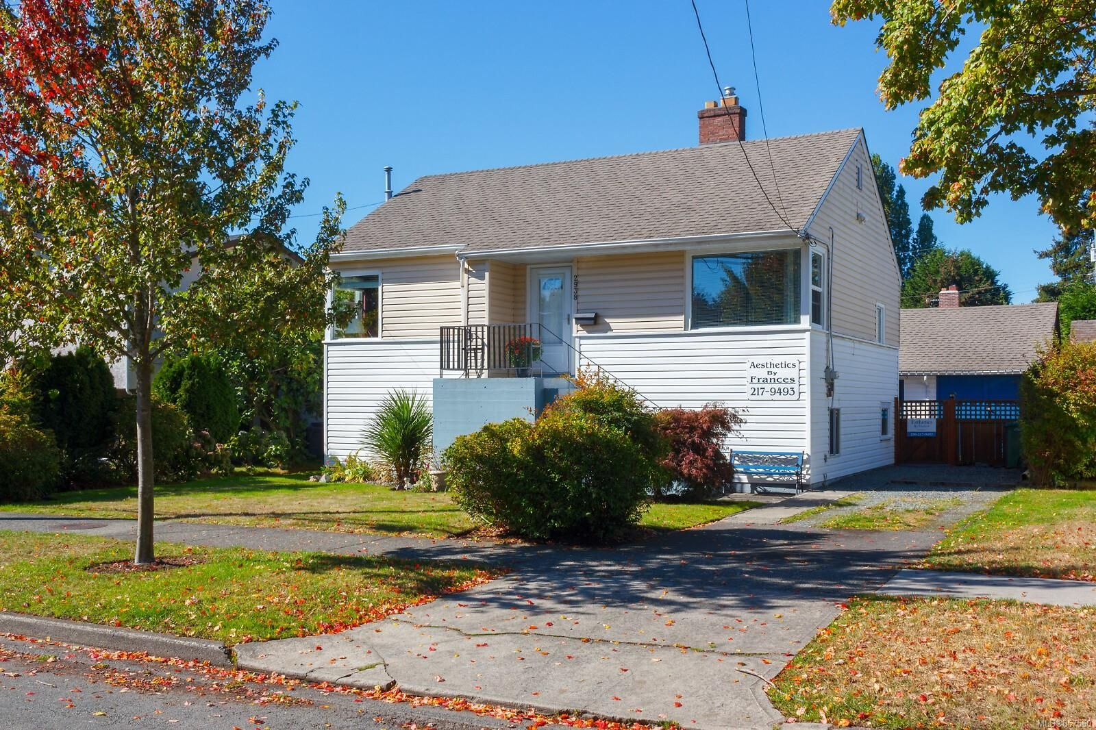 Main Photo: 2938 Scott St in : Vi Oaklands House for sale (Victoria)  : MLS®# 857560