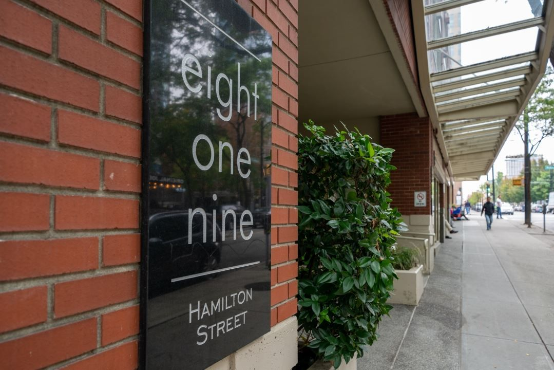 "Main Photo: 305 819 HAMILTON Street in Vancouver: Downtown VW Condo for sale in ""Eight.One.Nine"" (Vancouver West)  : MLS®# R2506322"