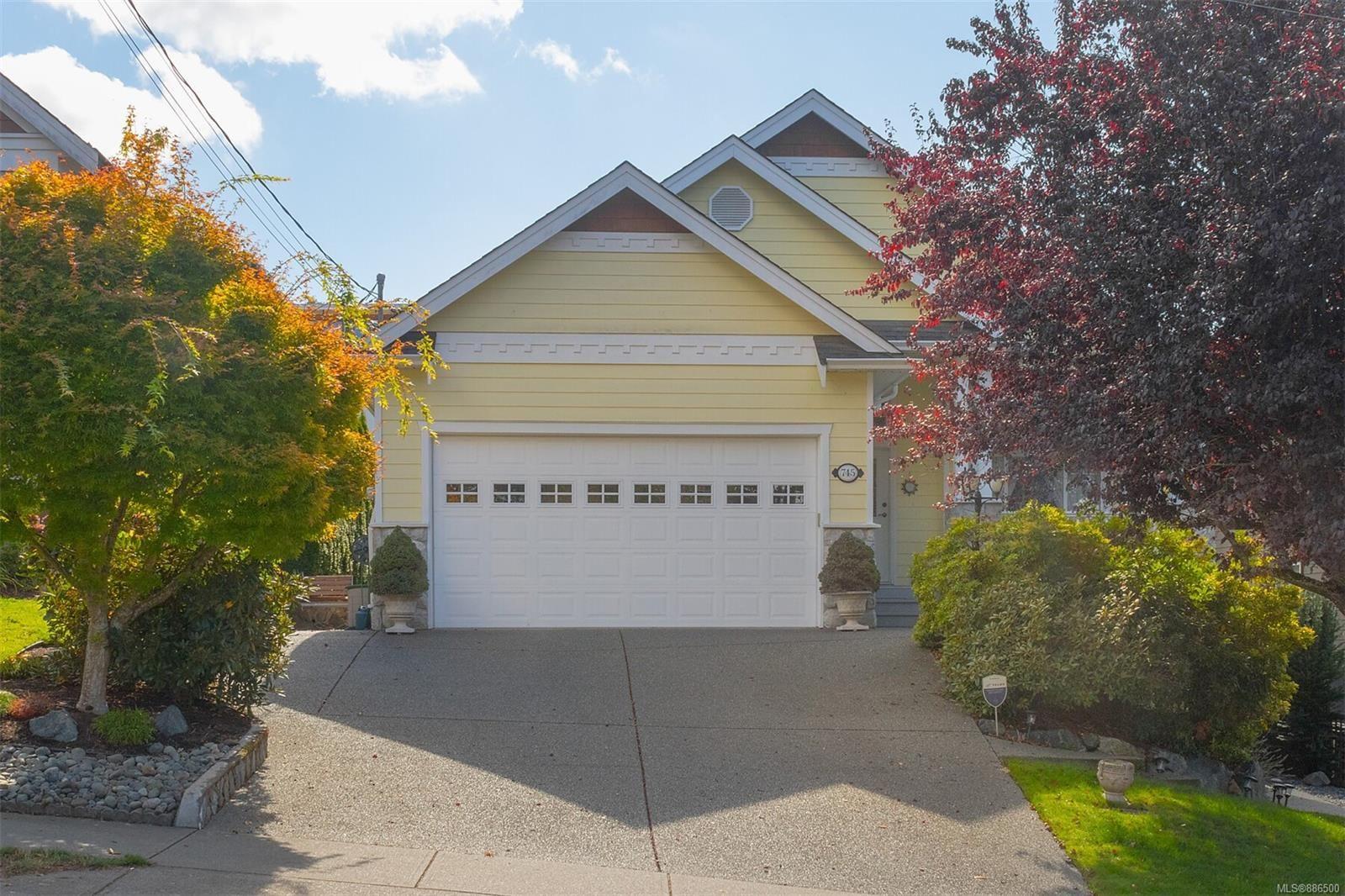 Main Photo: 745 Rogers Ave in : SE High Quadra House for sale (Saanich East)  : MLS®# 886500