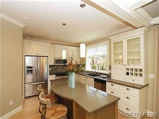 Photo 7: 211 Robertson St in VICTORIA: Vi Fairfield East House for sale (Victoria)  : MLS®# 585604