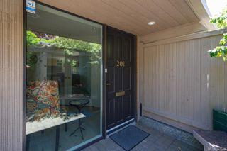 Photo 2: 201 1211 Beach Dr in Oak Bay: OB South Oak Bay Row/Townhouse for sale : MLS®# 842694