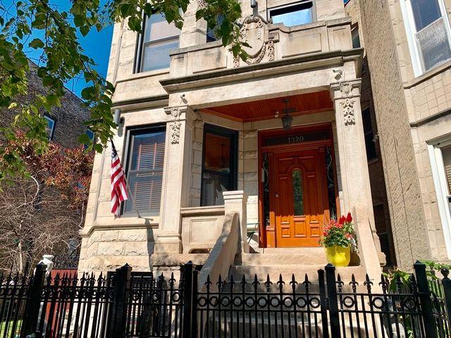 Main Photo: 1320 Claremont Avenue in CHICAGO: CHI - West Town Rentals for rent ()  : MLS®# MRD10450486