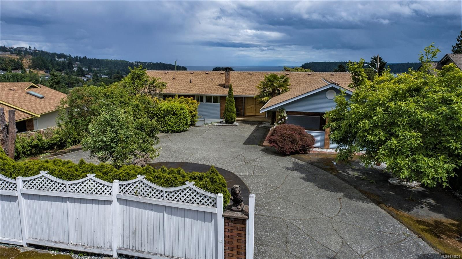 Lynburn Estates level entry with awesome Ocean and Mountain views ...