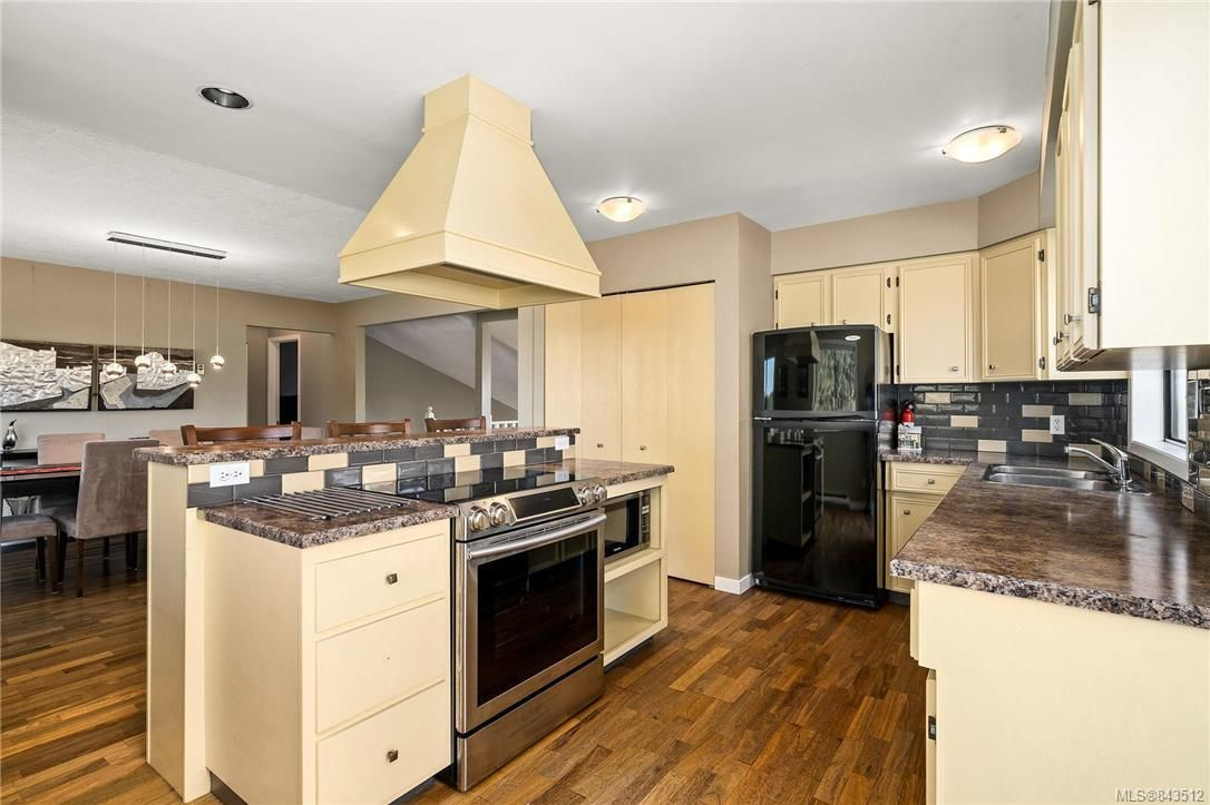 Photo 15: Photos: 950 Easter Rd in Saanich: SE Quadra House for sale (Saanich East)  : MLS®# 843512