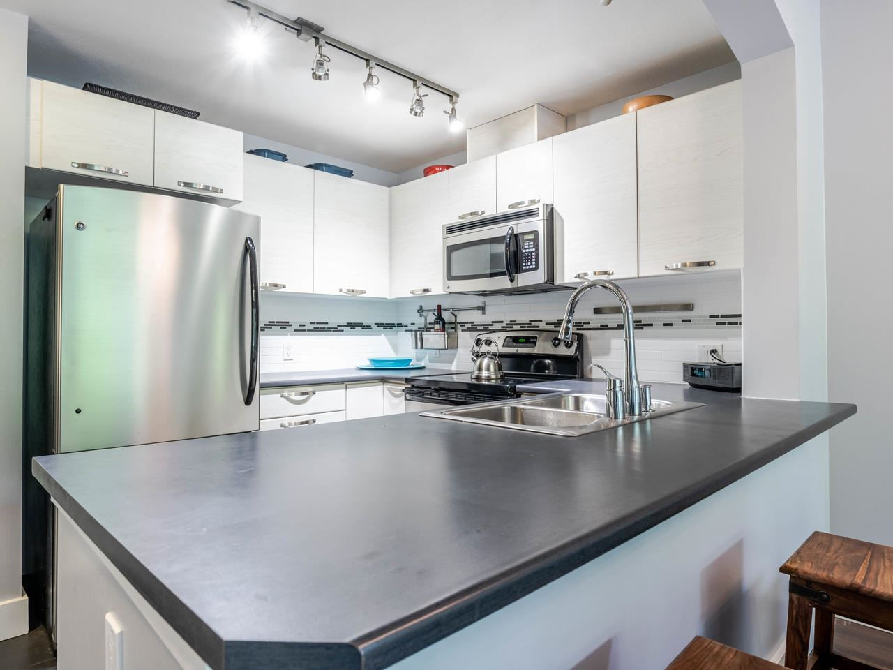 """Main Photo: 404 7418 BYRNEPARK Walk in Burnaby: South Slope Condo for sale in """"GREEN"""" (Burnaby South)  : MLS®# R2466553"""