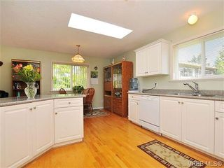 Photo 8: 4570 Viewmont Avenue in VICTORIA: SW Royal Oak Residential for sale (Saanich West)  : MLS®# 328125