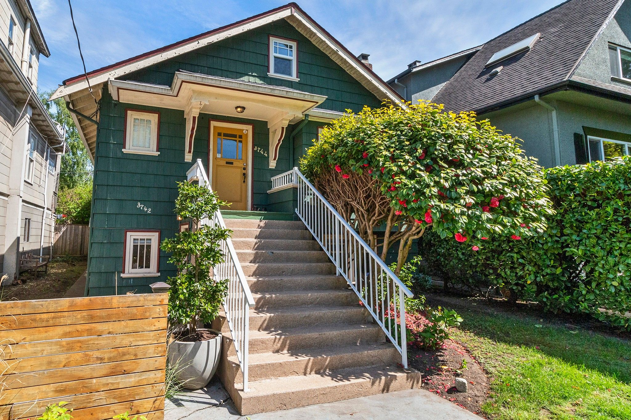 Photo 1: Photos: 3742 ONTARIO Street in Vancouver: Main House for sale (Vancouver East)  : MLS®# R2580004