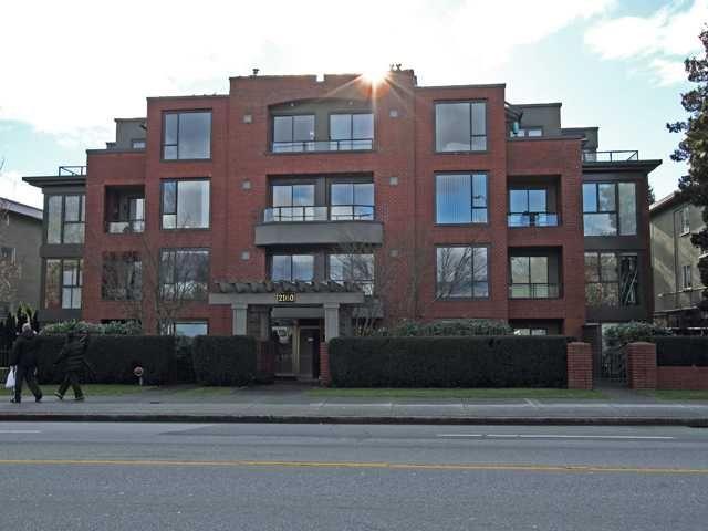 "Main Photo: 207 2160 CORNWALL Avenue in Vancouver: Kitsilano Condo for sale in ""CORNWALL TERRACE"" (Vancouver West)  : MLS®# V863909"