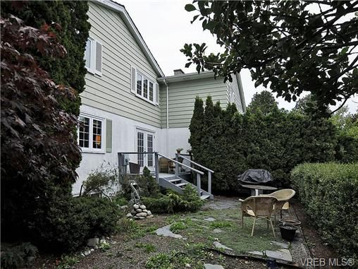 Photo 17: Photos: 2320 Hollyhill Pl in VICTORIA: SE Arbutus Half Duplex for sale (Saanich East)  : MLS®# 652006