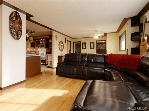 Photo 3: Photos: 560 Margaret St in VICTORIA: SW Glanford House for sale (Saanich West)  : MLS®# 750778