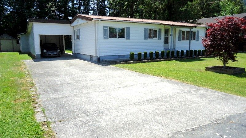 "Main Photo: 28 BRACKEN Parkway in Squamish: Brackendale Manufactured Home for sale in ""Bracken Parkway"" : MLS®# R2185279"