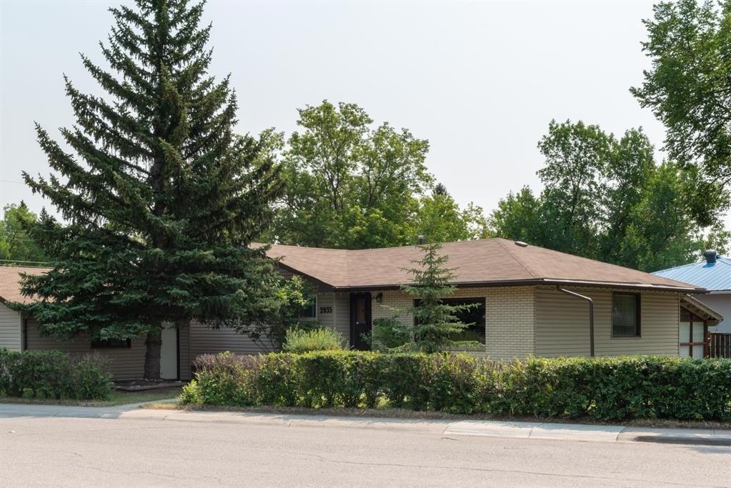 Main Photo: 2935 Burgess Drive NW in Calgary: Brentwood Detached for sale : MLS®# A1132281