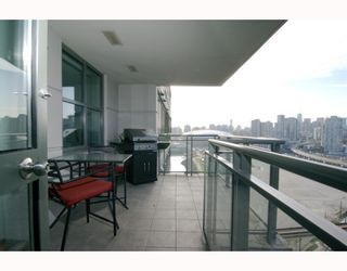 """Photo 3: 1904 1088 QUEBEC Street in Vancouver: Mount Pleasant VE Condo for sale in """"THE VICEROY"""" (Vancouver East)  : MLS®# V754003"""